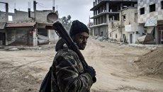 Военнослужащий Сирийской арабской армии на территории взятого под контроль военного аэродрома Мардж аль-Султан на юго-востоке Дамаска