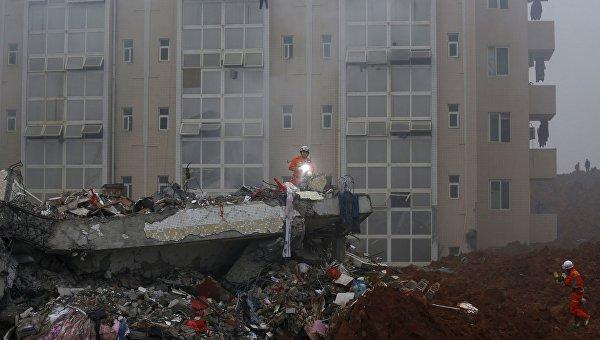 Пожарные работают на месте оползня в Китае, 20 декабря 2015