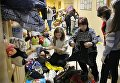Жительница дома по улице Космонавтов, разрушенного в результате взрыва бытового газа, выбирает одежду на временном пункте приема жителей