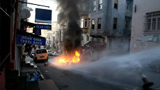 Полицейские водометами тушили горящий мусор во время беспорядков в Стамбуле
