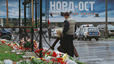 Москвичи и гости столицы приносят цветы и свечи к зданию Театрального центра на Дубровке. Архивное фото