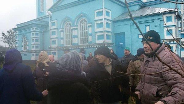 Успенский храм села Птичье Дубенского района Ровненской области блокирует Правый сектор