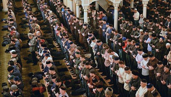 Утренняя коллективная молитва в День Рождения пророка Мухаммеда в центральной мечети имени Ахмата Кадырова в Грозном. 23 декабря 2015