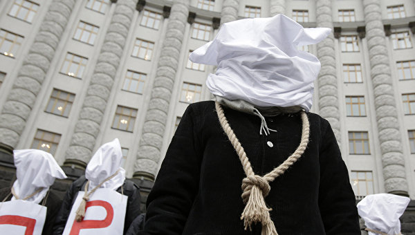 Участники демонстрации у здания правительства Украины в Киеве. 23 декабря 2015