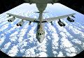 Американский стратегический бомбардировщик B-52 во время дозаправки над Черным морем