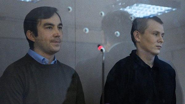 Граждане России Евгений Ерофеев (слева) и Александр Александров, задержанные в мае 2015 года на территории Украины, во время рассмотрения дела по существу в Голосеевском суде Киева. Архивное фото