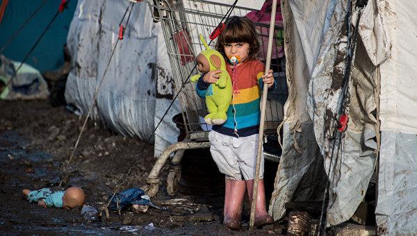 Ребенок курдских мигрантов в лагере для беженцев. Архивное фото