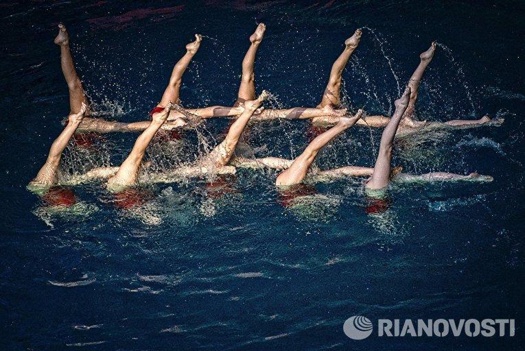 Участницы шоу Олимпийских чемпионов по синхронному плаванию в спорткомплексе Олимпийский