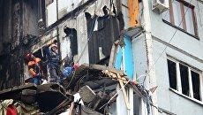 Сотрудники МЧС РФ о время разбора завалов у разрушенного в результате взрыва бытового газа многоэтажного дома по улице Космонавтов в Волгограде. Архивное фото