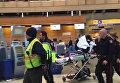 Эвакуация пострадавших из-за турбулентности пассажиров самолета Air Canada