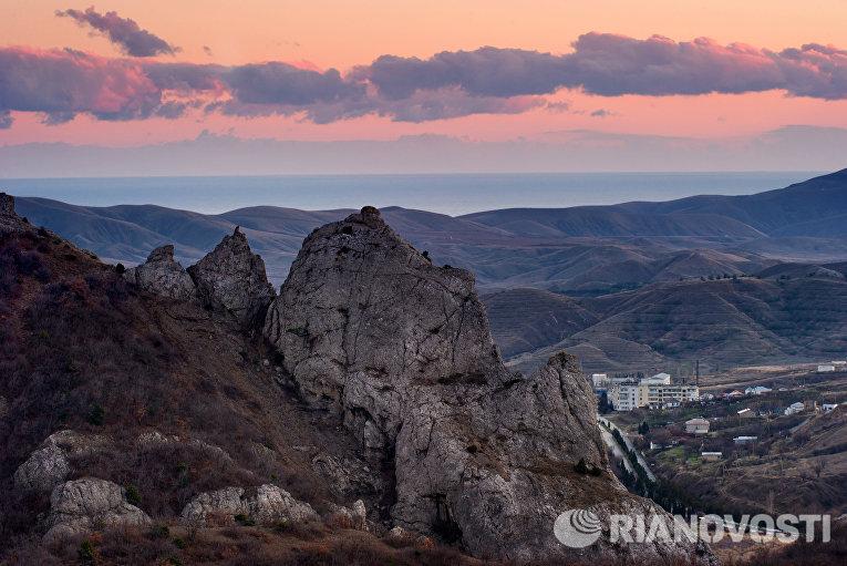 Горы в окрестностях села Солнечная долина в Крыму