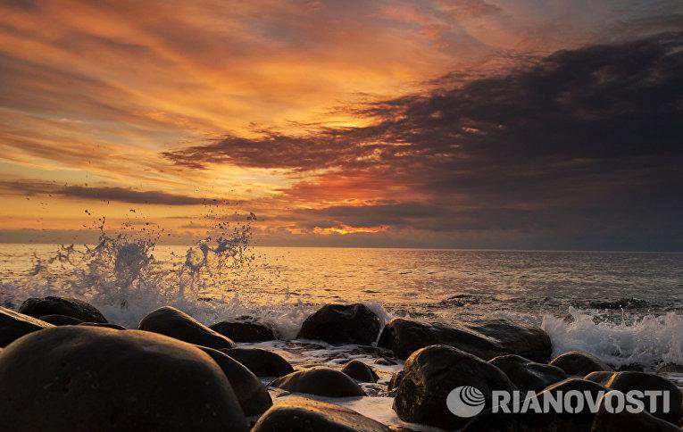 Берег Черного моря на восходе солнца в поселке Курортном в Крыму