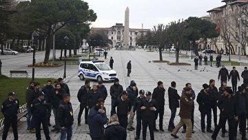 Турецкая полиция на площади Султанахмет в Стамбуле