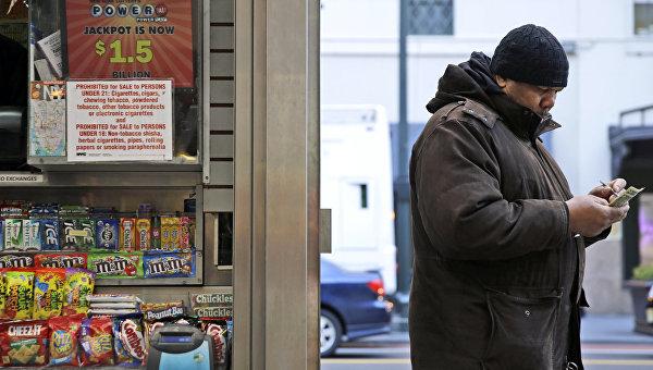 Мужчина с лотерейным билетом Powerball максимальный выигрыш которой на данный момент составляет 1,5 миллиарда долларов. Архивное фото