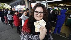 Женщина с лотерейными билетами Powerball максимальный выигрыш которой на данный момент составляет 1,5 миллиарда долларов