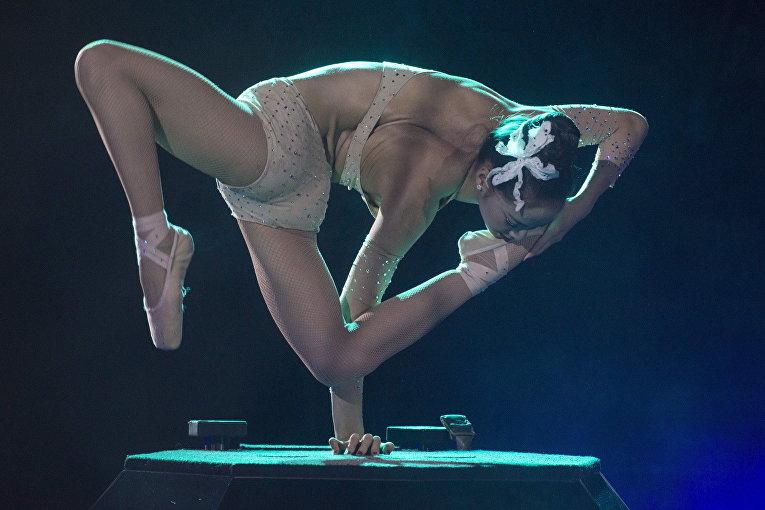 Артистка Хиджин Даймонд из Монголии на 11-ом Международном цирковом фестивале в Будапеште, Венгрия