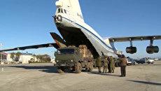 Погрузка в транспортный самолет гуманитарного груза для сброса в районе Дейр-Эз-Зор. Архивное фото