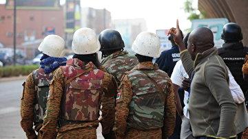Cилы безопасности Буркина-Фасо у захваченного отеля в Уагудугу, 16 января 2016. Архивное фото