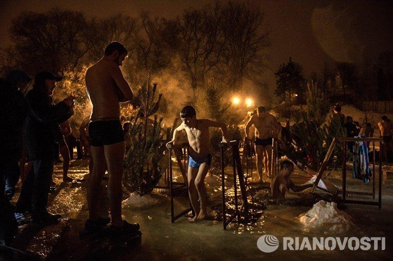 Во время Крещенских купаний на Клязьминском водохранилище в деревне Осташково Мытищинского района