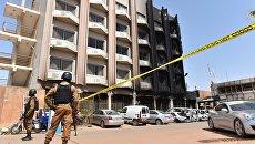 Полиция возле места захвата заложников в отеле Splendid в столице Буркина-Фасо.