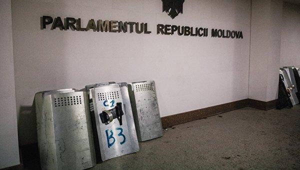 Щиты сотрудников правоохранительных органов у здания парламента в Кишиневе. В столице Молдавии прошли масштабные акции протеста оппозиционных сил. Архивное фото