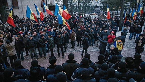 Протестующие и сотрудники правоохранительных органов у здания парламента в Кишиневе. Архивное фото