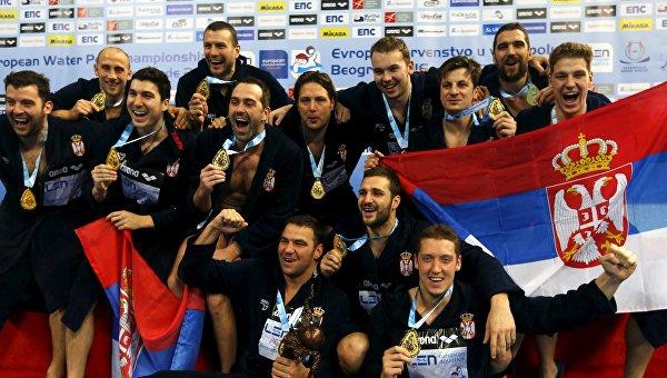 Команда Сербии празднует победу на ЧЕ по водному поло
