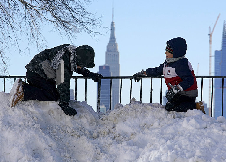 Дети играют в снегу. Нью-Джерси, январь 2016