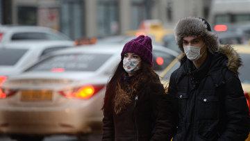 Жители Москвы в защитных масках. 26 января 2016