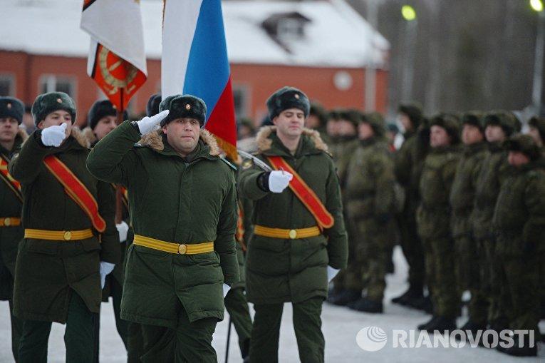Военнослужащие 606-го краснознаменного гвардейского зенитного полка на церемонии заступления на боевое дежурство зенитного ракетного полка Воздушно-космических сил, на вооружение которого поставлена новейшая зенитная ракетная система (ЗРС) С-400 Триумф, в Московской области