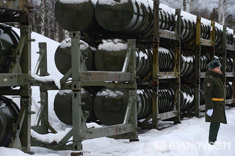 Военнослужащий у стеллажей с контейнерами зенитных ракет систем С-400 Триумф в Московской области