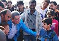 Президент МОК Томас Бах в центре размещения беженцев в афинском районе Элеона