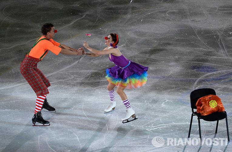 Екатерина Боброва и Дмитрий Соловьев (Россия) участвуют в показательных выступлениях чемпионата Европы по фигурному катанию в Братиславе