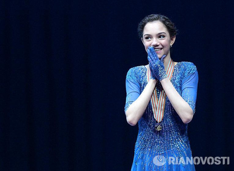 Евгения Медведева (Россия), завоевавшая золотую медаль в женском одиночном катании на чемпионате Европы по фигурному катанию в Братиславе, на церемонии награждения