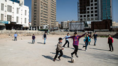 Дети играют в футбол в Дамаске
