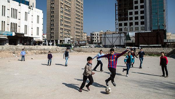 Дети играют в футбол в Дамаске. Архивное фото