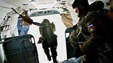 Десантники во время выполнения парашютных прыжков. Архивное фото