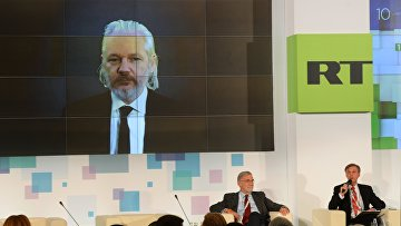 Сооснователь WikiLeaks Джулиан Ассанж во время видеомоста