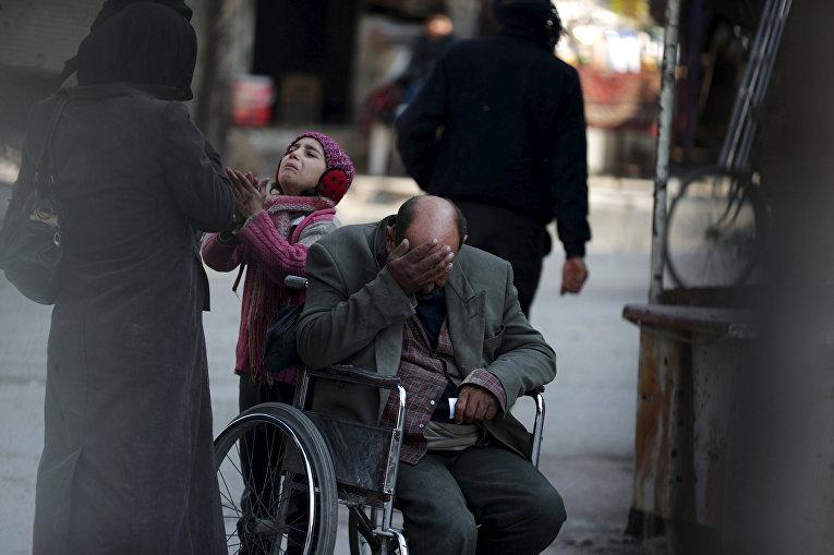 Девочка просит денег у прохожих в городе Дума, Сирия