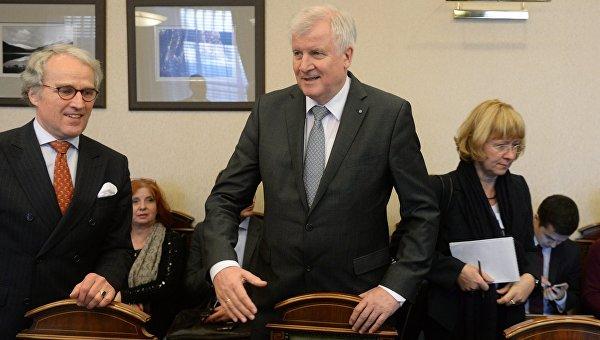 Премьер-министр Баварии Хорст Зеехофер перед началом встречи с министром экономического развития РФ Алексеем Улюкаевым