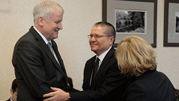 Министр экономического развития РФ Алексей Улюкаев и премьер-министр Баварии Хорст Зеехофер во время встречи