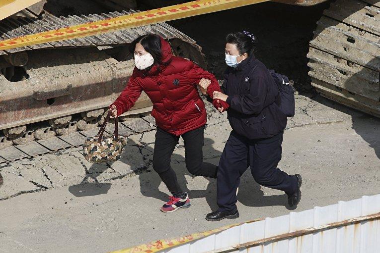 Родственники людей, которые были внутри жилого дома, рухнувшего впоследствии землетрясения на Тайване, 6 февраля 2016