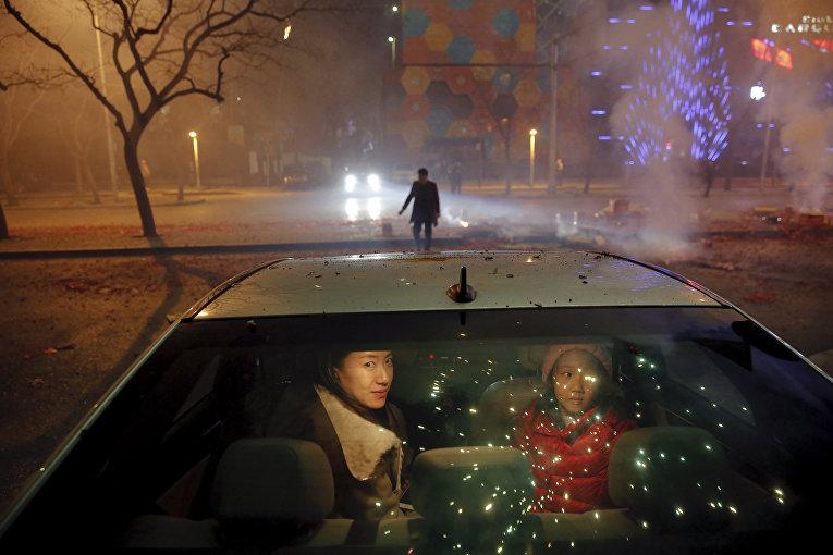 Празднование Нового года по лунному календарю. Салют в Пекине