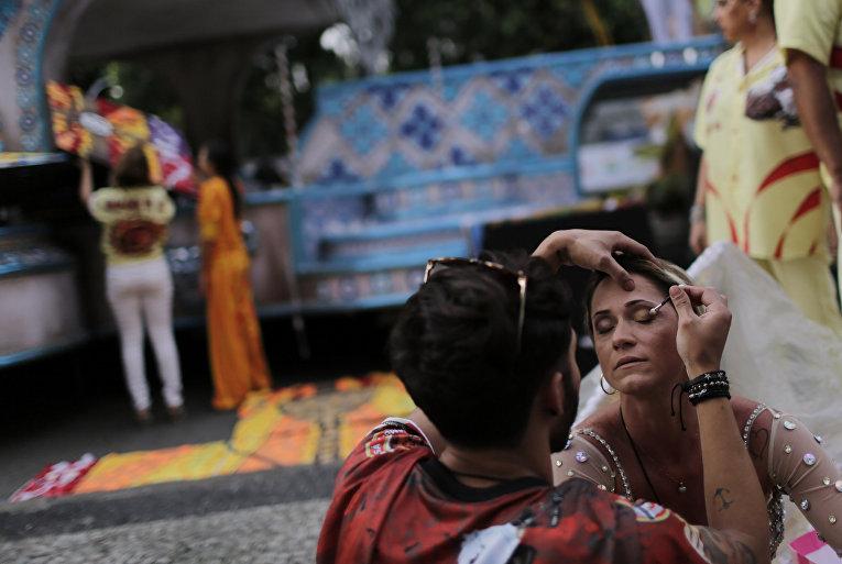 Участница готовится к карнавалу в Рио-де-Жанейро, 7 февраля 2016