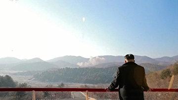 Лидер КНДР Ким Чен Ын наблюдает за запуском ракеты Кванмэнсон (Яркая звезда)