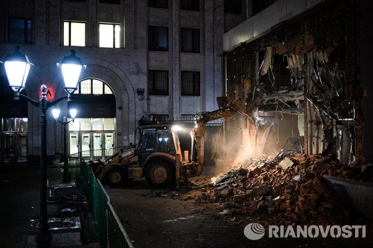 Сотрудники коммунальных служб производят снос незаконно построенных торговых павильонов у метро Арбатская в Москве
