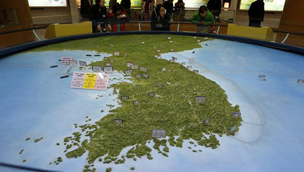 Карта Корейского полуострова в зале обсерватории Южной Кореи. Февраль 2016. Архивное фото