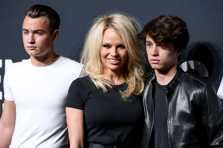 Памела Андерсон со своими сыновьями на показе Saint Laurent