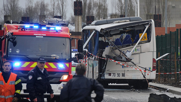 Столкновение школьного автобуса с фурой на западе Франции. 11 февраля 2016 год