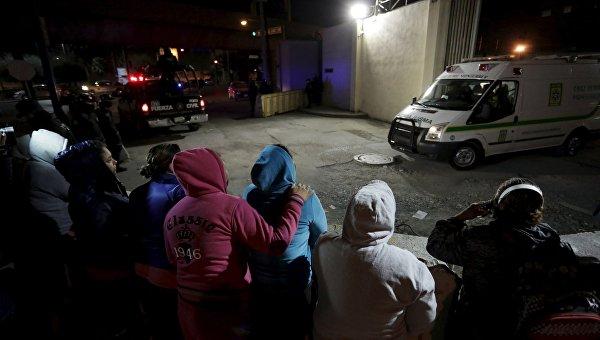Родственники заключенных около тюрьмы Топо-Чико в городе Монтеррей в штате Нуэво-Леон